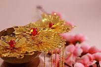 冰裂纹陶瓷茶杯上的金色花朵步摇