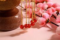 冰裂纹陶瓷茶杯上的金色流苏红宝珠