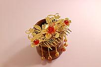 冰裂纹陶瓷茶杯上的流苏镂空雕刻金属花朵发钗