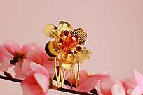 梅花上的金色花朵发夹
