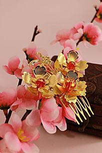 梅花上的三朵金色莲花发夹