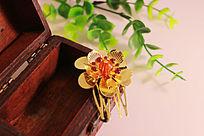 首饰盒上的金色莲花发夹