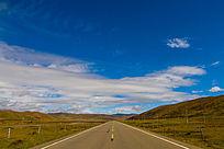 道路蓝天和白云