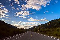 高原山谷蓝天道路