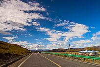 红原机场前蓝天白云道路