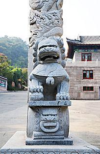 千山五龙宫石牌坊盘龙柱下的公石狮