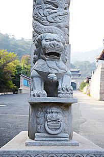 千山五龙宫石牌坊盘龙柱下的母石狮