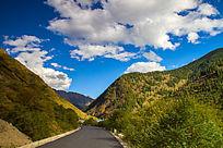 山谷中的蓝天白云
