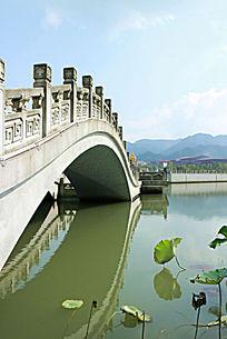 石拱桥的水中倒影