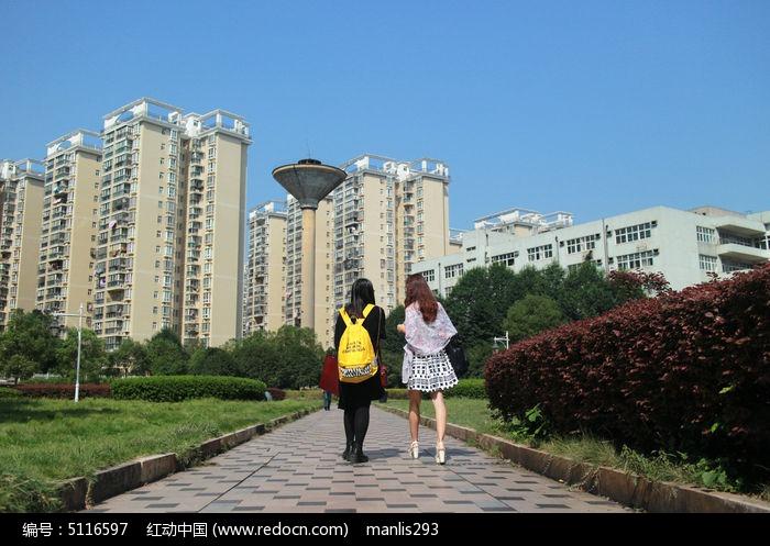 学生公寓前行走的女人背影图片