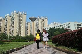学生公寓前行走的女人背影