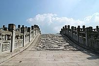 阳光下的龙纹浮雕装饰石拱桥