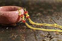 冰裂纹陶瓷茶杯上的流苏宝珠耳环