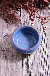 俯拍木板上的蓝色冰裂纹陶瓷茶杯