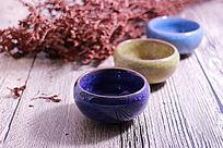 木板上的冰裂纹陶瓷茶杯