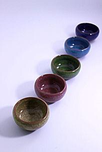 斜线排列的五个冰裂纹陶瓷茶杯
