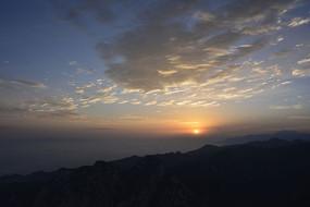 远望华山山顶日出