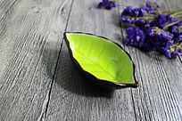 木板上的果绿色冰裂纹树叶陶瓷酱碟