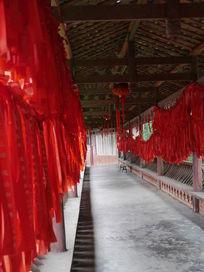 佛教寺庙门厅的红色飘带
