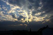乌云遮住金色的阳光