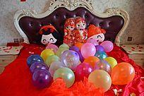 婚床上的喜庆气球
