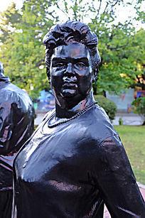 年长外国女人雕塑侧身像