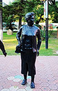 外国年长女人全身雕塑像