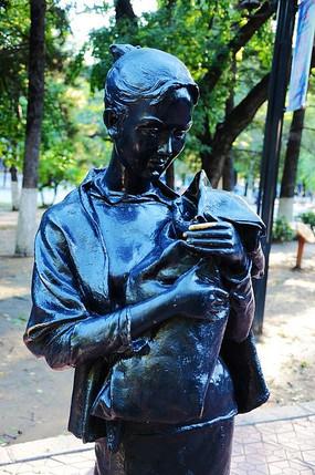 一个女人抱着孩子的半身雕像