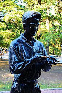 张开双手面带喜悦的男人雕塑