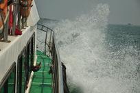 海上破浪前进的游艇