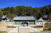 千山太和宫正门门楼与蓝天