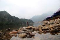 清澈的溪水与鹅卵石