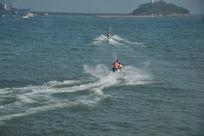 青岛小青岛附近海面上驰骋的摩托艇