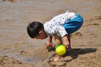沙滩上玩耍的儿童
