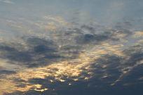 早晨太阳初升时的天空云彩
