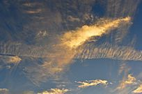 太阳打在云层上形成的金色云霞