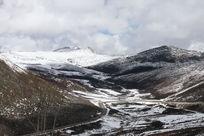 西藏墨脱县的美丽雪山风景