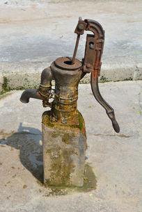 铁质压水井
