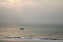 晨光中的小渔船