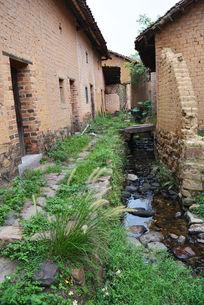 门口的小溪流