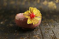 冰裂纹陶瓷茶杯中的金色纱网发夹