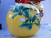黄釉喜鹊飞上枝头陶瓷工艺品