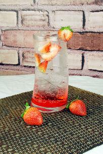 草莓苏打水