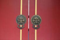 带瑞兽狮子铜雕门扣的北京胡同民居红色大门