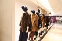 布展豪华商场展厅里的服装模特
