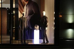 豪华商业中心橱窗里布置男装模特