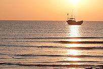 日出后海面上渔船