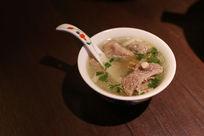 装在小碗里的新疆美食清炖羊排骨