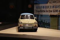 静物拍摄橱窗中的小汽车模型