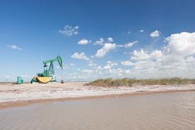 原生态湿地中的油井